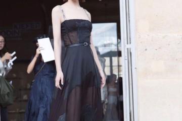 赵丽颖可甜可咸穿黑色吊带连衣裙富丽贵气加上薄纱规划更诱人